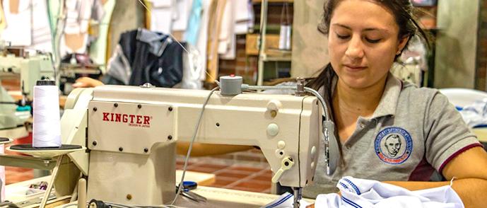pr-photo-migrant-sewing